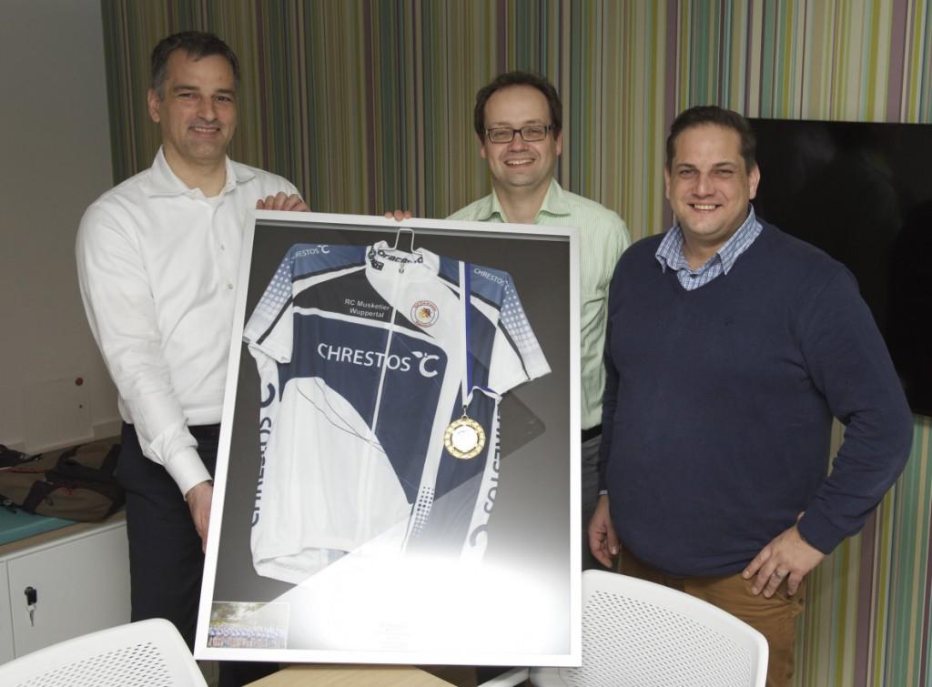Markus Zaremba (r.) und Kai Vogtländer (m.) freuen sich zusammen mit Boris Weimann (l.) über die weitere Zusammenarbeit